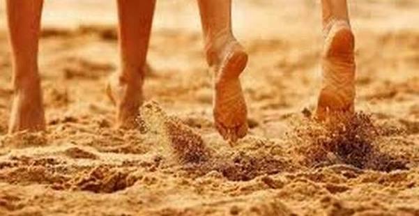 на песчаном берегу