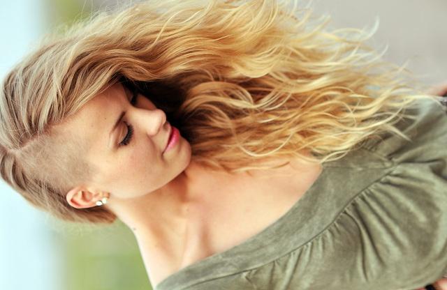 прически на длинные волосы с бритым виском